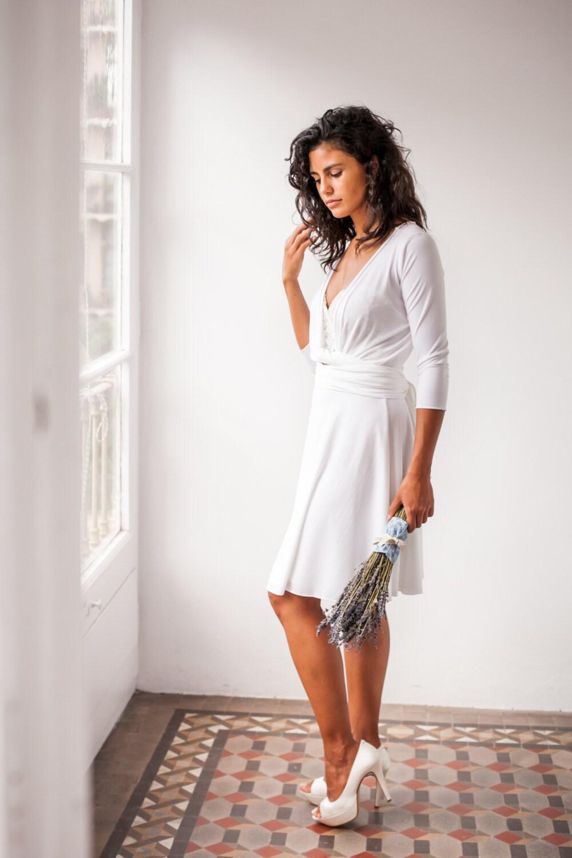 Braut in Eile kurze weißen Wickelkleid versandfertig zivil