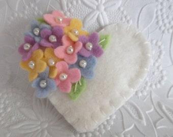 Filz Blumenbrosche Perlen Herz Wolle gefilzt
