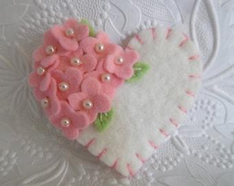 Brosche Filzblüte Herz rosa Perlen wolle gefilzt