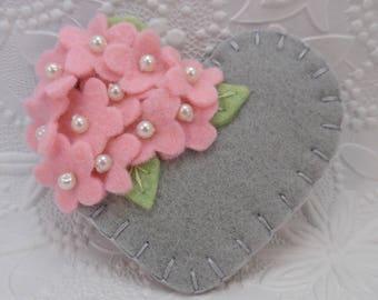 Filz Blumen Brosche Muttertag Perlen Herz rosa grau Wolle Blumen