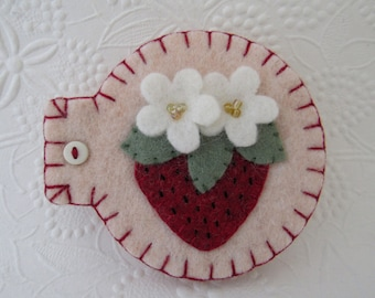 Strawberry Needle Book Needlebook Pins Sewing Case Penny Rug Wool