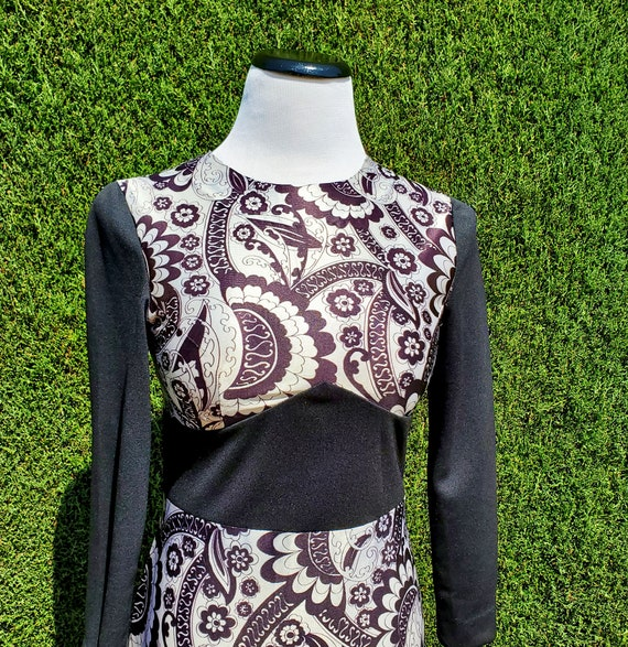 Black & White 60's Psychedelic Floral Mod Pattern