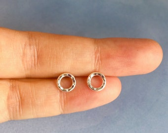 Dainty circle stud earrings, sterling silver circle post earrings with hammered texture, Unisex earrings, gift for her, gift for him