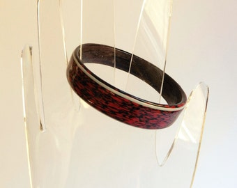 1980s enamel bangle, abstract textural pattern in black and deep crimson - small size, Post-Modern, Memphis, New Wave