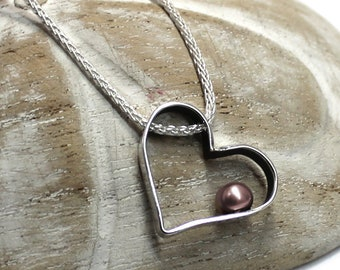 Heart pendant with pearl and text on the side, personal message, names, dates, coordinates to personnalise, bridesmaid gift, for mom. #PT138