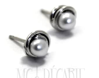 White pearl ear stud with twisted swirl wire, white 3-4 mm freshwater pearl and sterling silver. #BO104