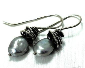 Swirl earrings with mobile gray freshwater pearls, sterling silver. #BO226