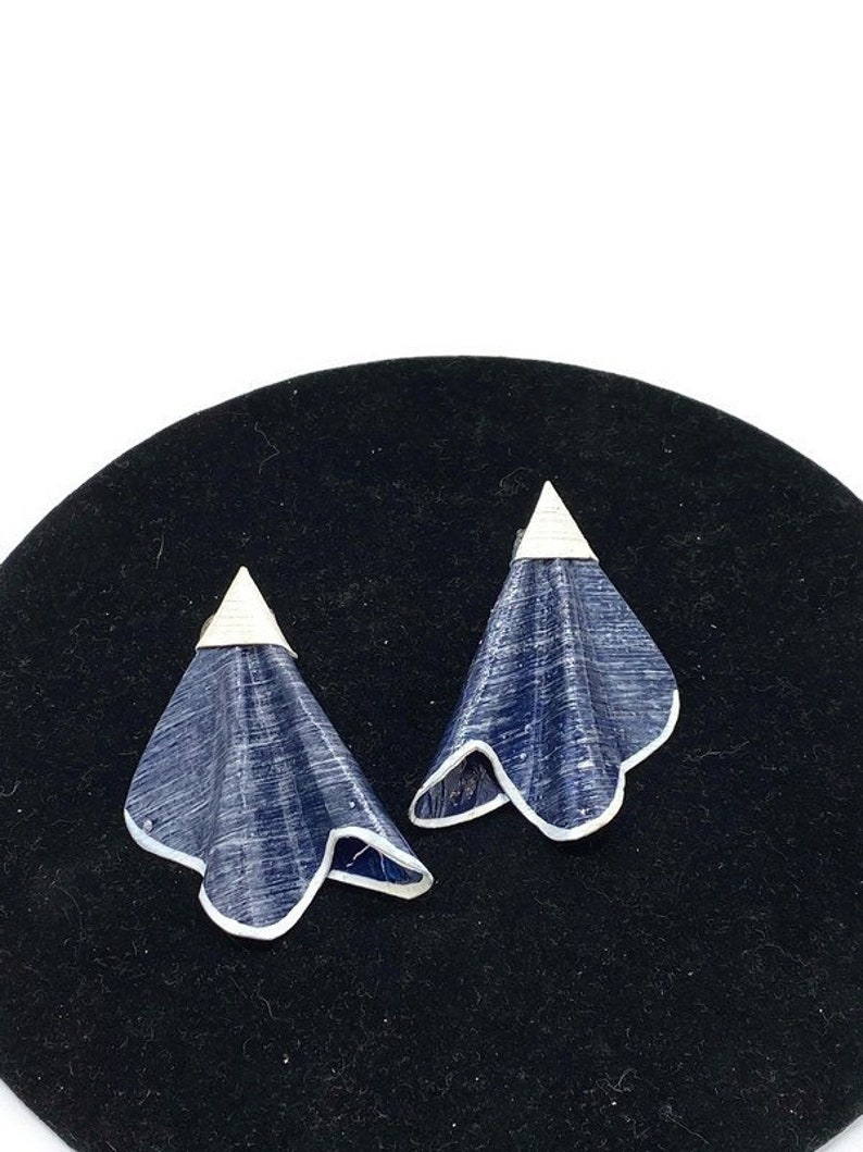 Vintage Sleek Deco Fan Artisan Blue White Composite Clip Earrings KK15
