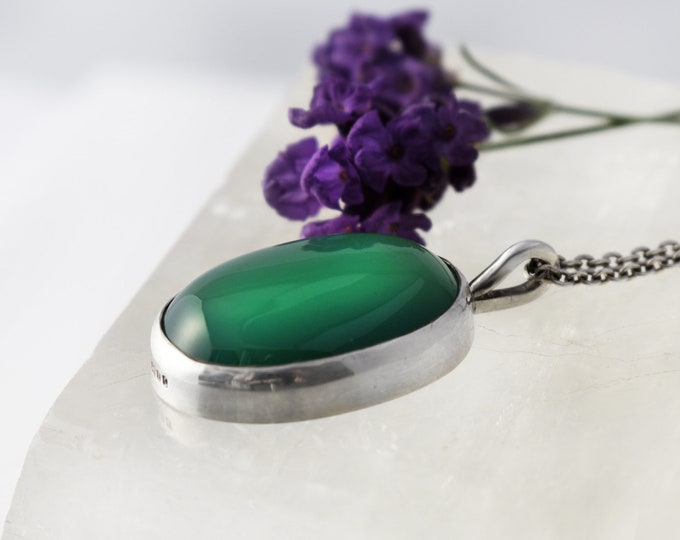 Vintage Chrysoprase & Sterling Silver Pendant   Emerald Green Gemstone Cabochon   Small Oval Pendant - 50cm Vintage Chain