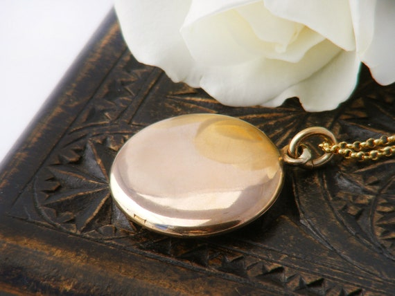 Antique Locket | Polished Gold Shell Victorian Locket | Plain Gold for Photos and Mementos - 20 Inch Chain
