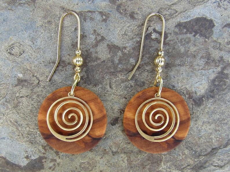 9b65f8b0c565 Pendientes madera de olivo Espirales dorados caracol ethno
