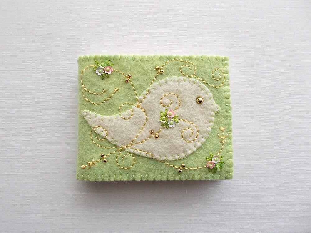 Gardien à l'aiguille l'aiguille l'aiguille avec des remous d'oiseau blanc Art populaire et petites paillettes fleurs cousu à la main en feutrine vert printemps du livre à l'aiguille 548a0c