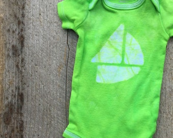 Boat Baby Gift, Sailboat Baby Bodysuit, Preemie Boy Gift, Preemie Girl Gift, Newborn Baby Bodysuit, Green Sailboat Bodysuit (Newborn)