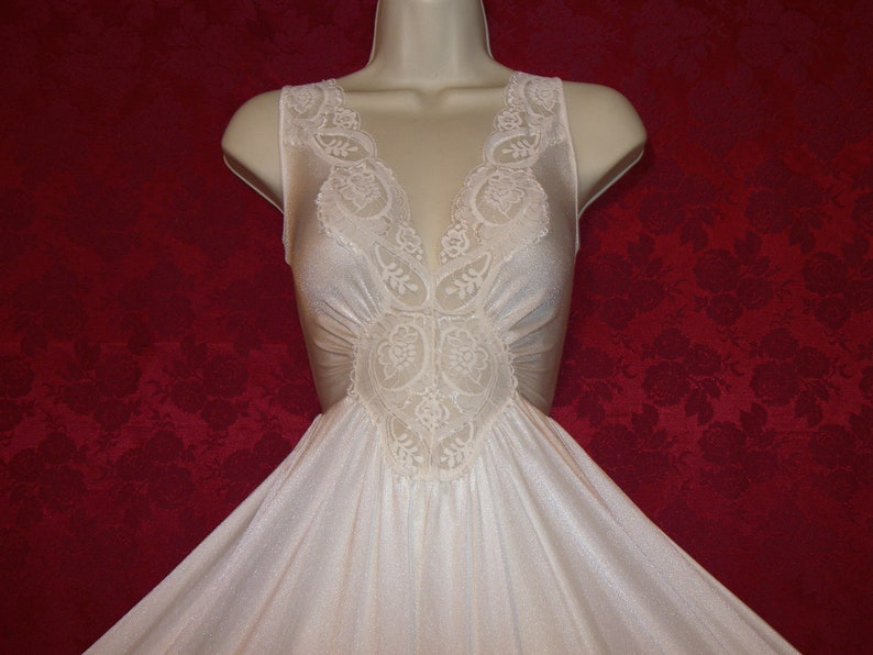 size XL Rare Plus Size OLGA cream formfit nylon spandex lace sweeping nightgown Bust to 46 Great condition.