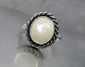 Nautical Mother Of Pearl Silver Rope Ring Vintage Inspired Oxidized Bezel June Birthstone Beach Summer Pale Yellow Cream Colored - Perlmutt