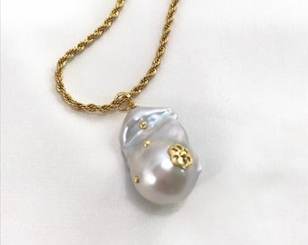 Dainty Pearl Necklace Modern Pearl Pendant Necklace Gold Filled Figaro Chain Petal Pearl Necklace Simple Layering Necklaces Valentine/'s Gift