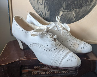 Vintage 1930s White Perforated Leather Lace-up Oxfords