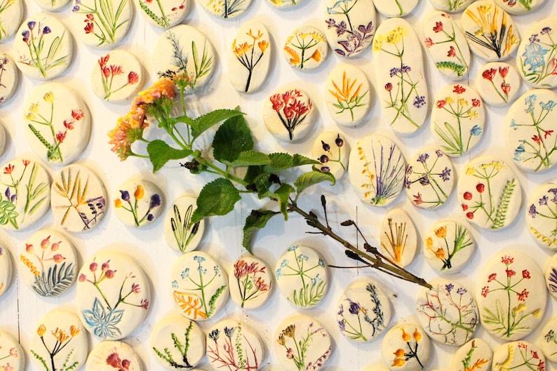Handmade cabochons Ceramic cabochon Ceramic favors Botanical designs Flower cabochons Jewelry design Pressed flower Table decor