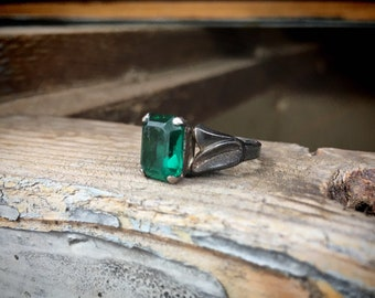 Vintage Sterling Silver Ring with Emerald Green Color Crystal or Beryl Gemstone, Estate Jewelry