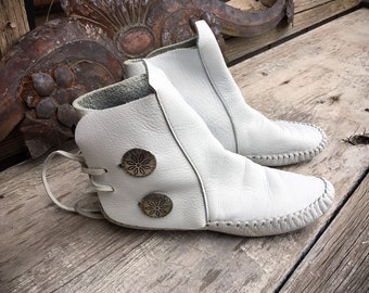 Vintage 1970s Authentic White Leather Ankle Moccasins Approx Women's Size 5, Native American Indian Boots