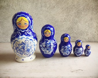 Vintage Russian Nesting Dolls 5-Piece Hand-Painted Blue and White Floral Design Matryoshka