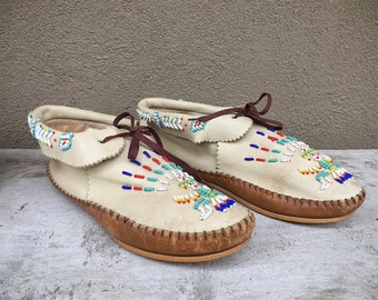 Vintage Hard Sole Beaded Moccasins Women Size 8.5 to 9 Tan Leather, Lace Up Taos Moccasin Native American Shoe