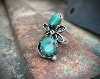 Vintage Two Stone Turquoise Ring with Floral Accent Size 8, Southwestern Native American Jewelry