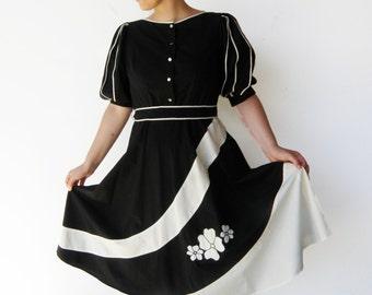 Vintage 1970s Dress / Black and White Cotton Day Dress / Size M