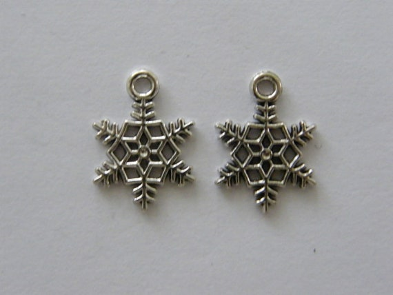 10 Snowflake charms antique silver tone SF34
