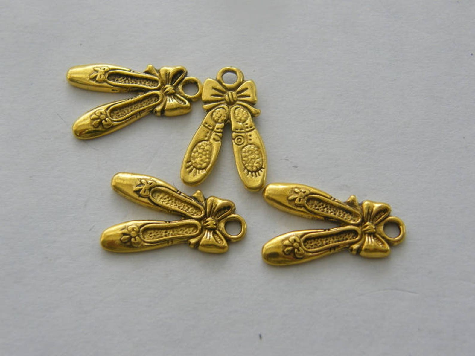 8 pair of ballet slippers charms antique gold tone gc377
