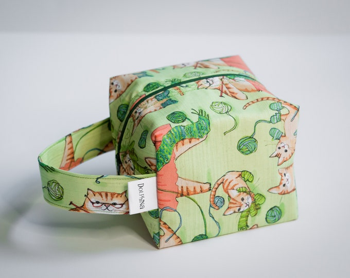 Box bag - Momma cat knitting Queen