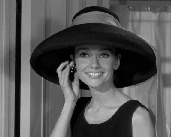 nuovi prodotti caldi nuove varietà elegante nello stile Audrey Hepburn cappello foto film ancora da Film 1961 Colazione presso  Tiffany 1950s 60s Glamour Hollywood Celebrity Fashion fotografia stampa