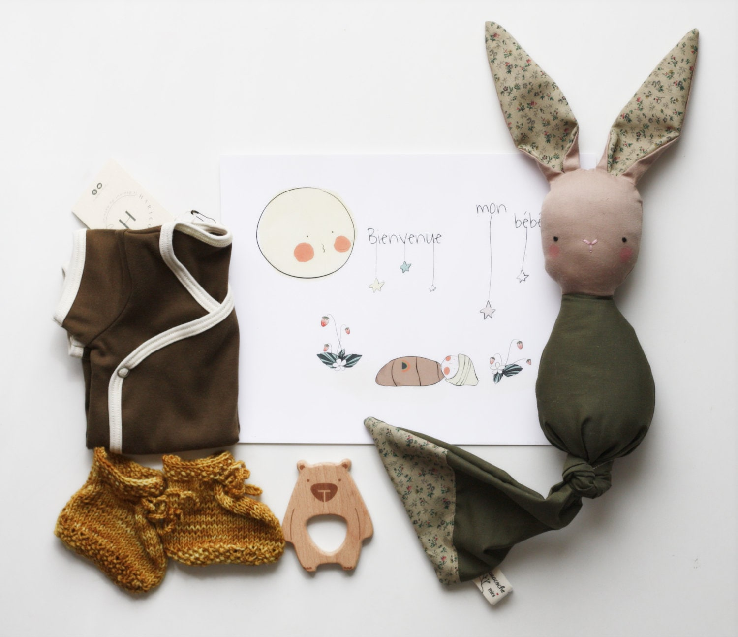 Baby Shower Cadeau Futur Maman boite cadeau bébé, baby shower gift, unisexe gift box, bunny lovey,wooden  teether, organic cotton onesie, illustration, knitted slippers