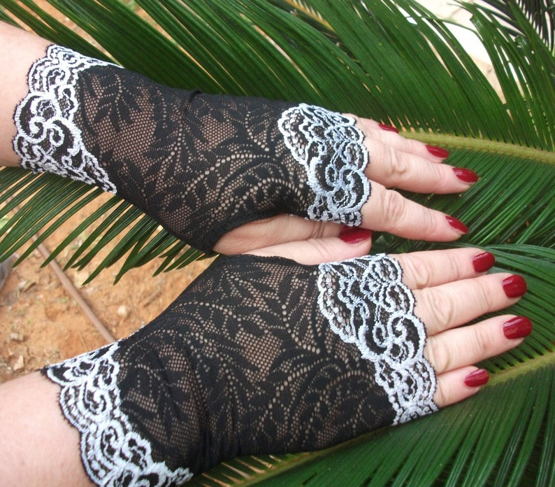 Lace finger less gloves Black and white of stretch lace