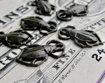 Scarab beetle charms - 18mm - antiqued black brass (6 black beetle charms) aged patina, link connectors