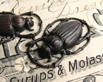 Large scarab beetle charm, link, ornament - 32mm - black antiqued brass (2 bugs) OR-FF-018
