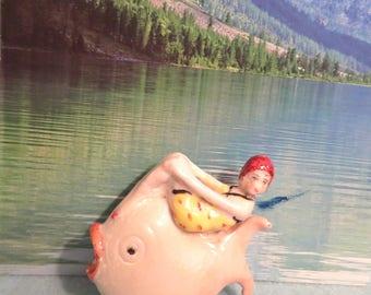 Maillot de bain beauté avec un maillot de bain imprimé jaune et chapeau rouge Figurine
