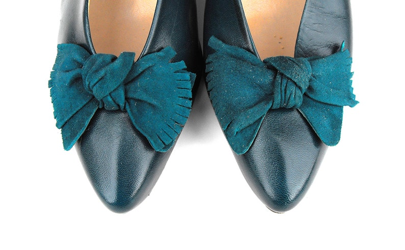 ce027b271f9c5 1980s Enzo Angiolini Emerald Forest Pine Green Leather Ladies' Court Shoes  Retro Chic Pumps with Suede Fringe Bows Made in Brazil High Heels