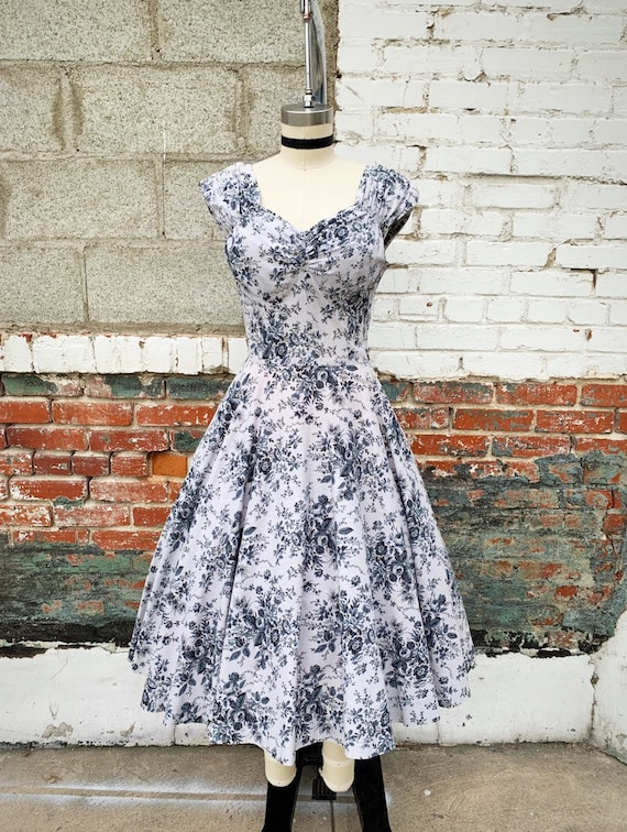 1950s W:28 grey cotton floral sweetheart neckline