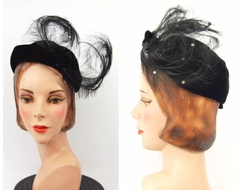 2955d31204a Early 50s Feathered Evening Hat    Black Velvet Dramatic Demi Cloche  Brimless Small 50s Hat Roberta Bernays Original Art Deco