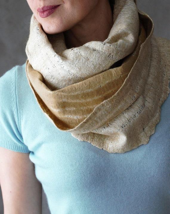 be281e685017 Écharpe en laine mérinos feutrée de couleur safran tour de   Etsy