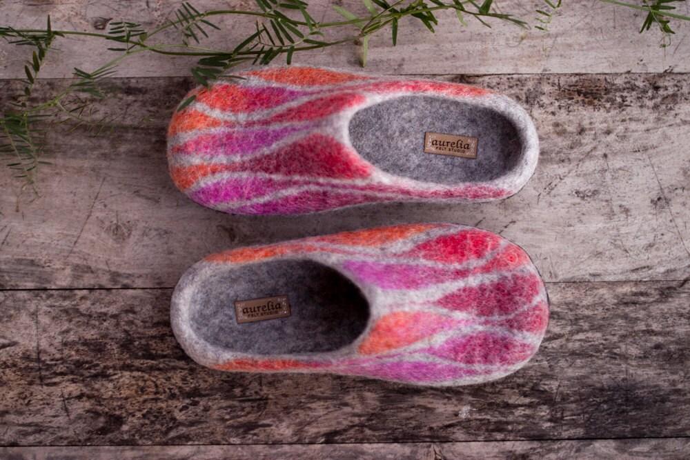 les pantoufles laine de laine pantoufles feutrée gris ombre rose - rouge - orange des chaussures à semelle en caoutchouc noir de la maison de pantoufles - handmade b41043