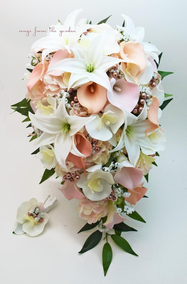 Bouquet Da Sposa Orchidee.Il Bouquet Da Sposa Cascata Con Vero Tocco Orchidee Gigli E Callas Bacche Di Rosa Oro Aggiungi Boutonniere Dello Sposo Pesca Rosa Oro Rosa
