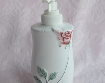 Vintage PINK ROSE Lotion Dispenser HOLDER Ceramic Taiwan Shabby Cottage Chic Bathroom Accessory Embossed Raised Design 3d Hand Painted Pump