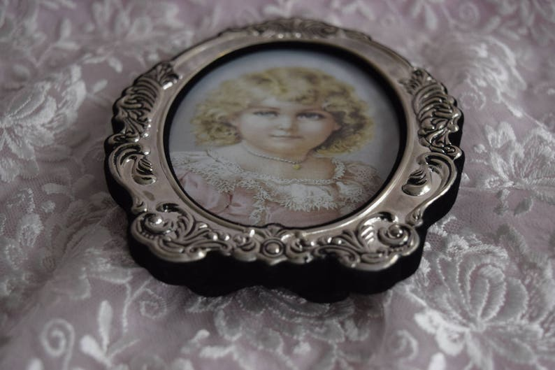 Vintage SILVER VICTORIAN Style FRAME Picture Photo 1928 Jewelry Company Oval Shape Photograph Holder Vanity Dresser Display Round Easel Back