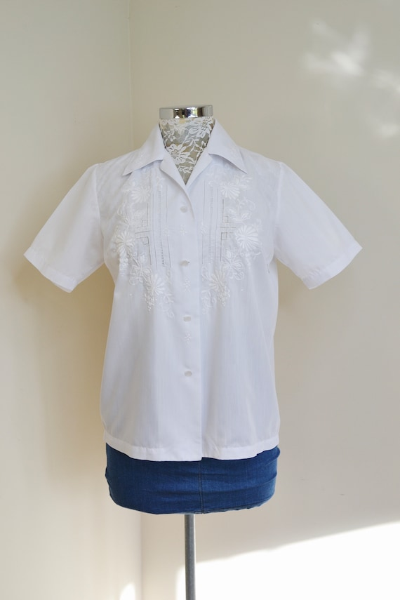 """Mid-century Embroidered Summer Top - Crisp White Hong Kong Style - 1950's Casual Timeless Classic - Small Medium 36"""" bust"""