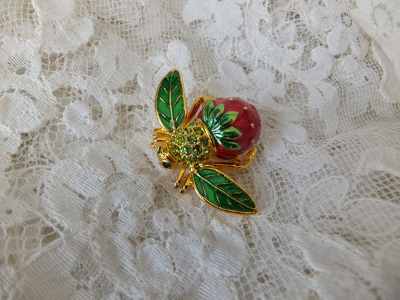 Vintage Joan Rivers Strawberry Bee Brooch Gold Ton