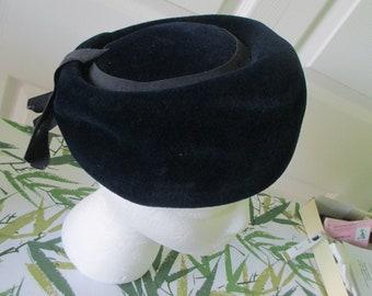 Vintage 50/'s Women/'s Fur Wool Felt Black Pillbox Hat w Brooch Pin Merrimac Merri Soie