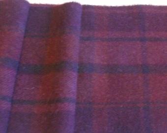 Moulin à feutrée à la main teint laine tissu - plaid aubergine - rug hooking - applique et l'artisanat - primitive d'artisanat - courtepointe - violet - 064