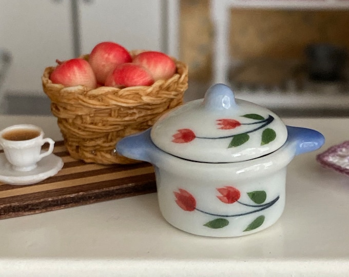 Miniature Ceramic Pot with Removable Lid, Blue and White Tulip Casserole Dish, Dollhouse Miniature, 1:12 Scale, Dollhouse Accessory, Decor